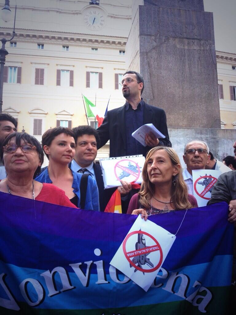 """Davanti a Montecitorio, per la manifestazione di """"Taglia le ali alle armi"""" del giugno 2013"""